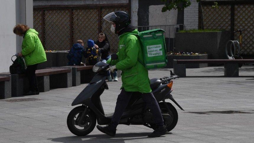 Это багаж : доставщик еды  припарковал  мопед в салоне трамвая в…