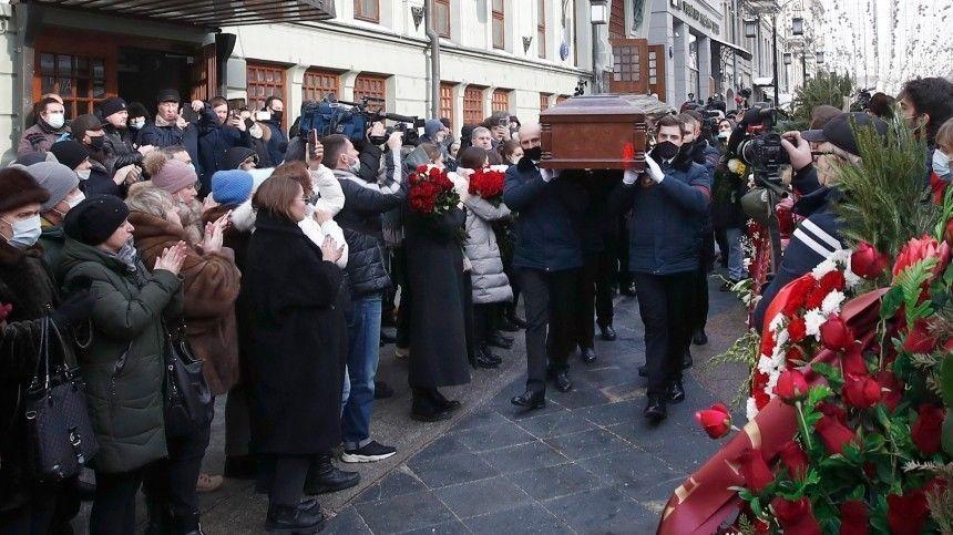 Видео: гроб с телом Андрея Мягкова вынесли из МХТ имени Чехова под…