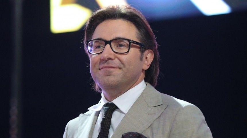 Андрей Малахов поздравил победителей  Танцев со звездами  в кофточке жены…