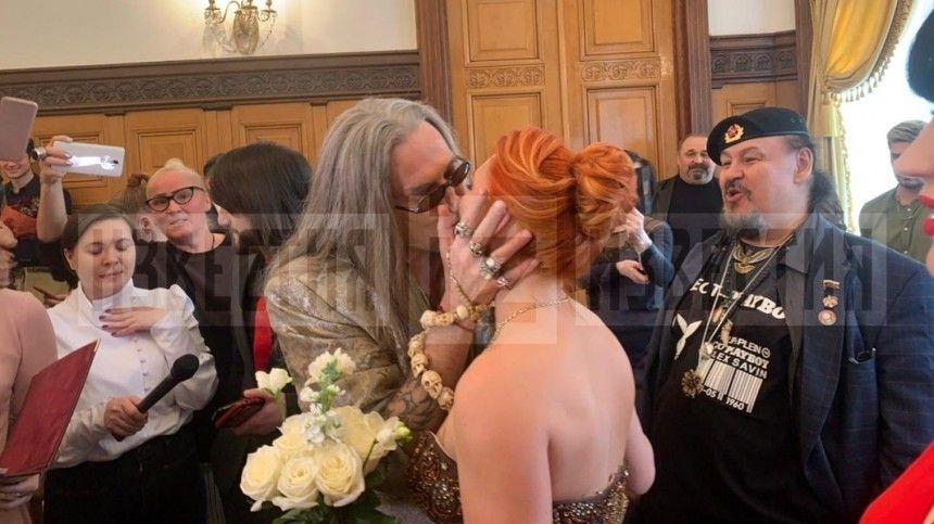 Горячо и страстно: видео первого поцелуя сыгравших свадьбу Джигурды и…