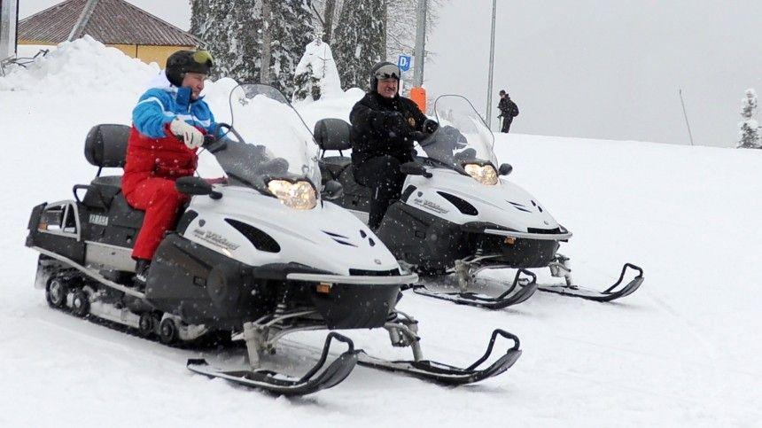Путин и Лукашенко прокатились на горных лыжах и снегоходах в Сочи …
