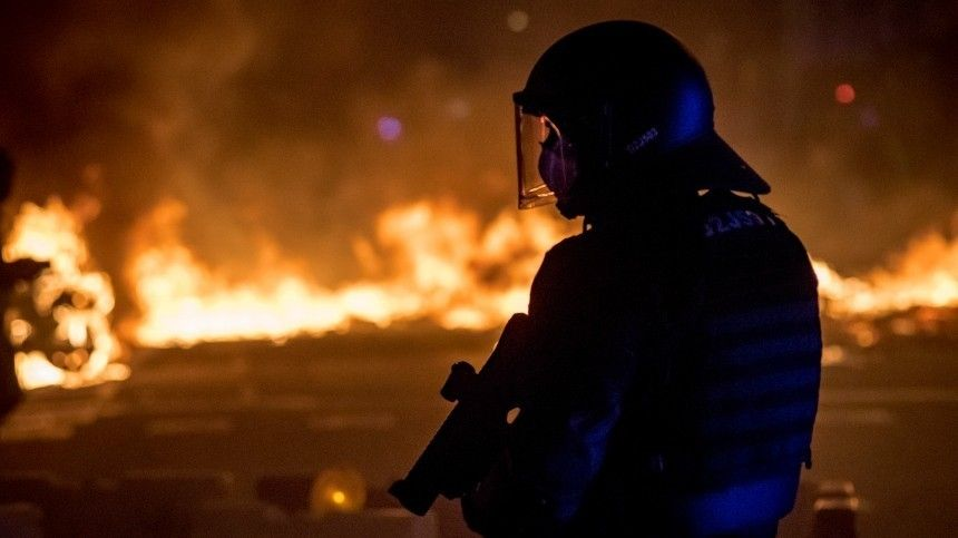 Эксклюзивное видео: участники протестов в Испании забросали полицию…