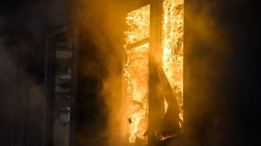 Три человека погибли из-за мощного пожара в деревянном доме в…