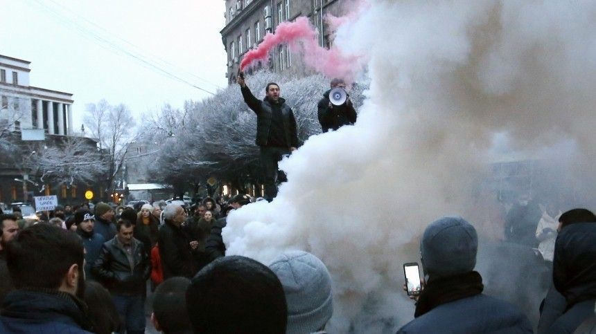 Тысячи жителей Еревана вышли на улицы и требуют отставки Пашиняна …
