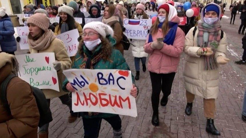 Активистки  Молодой Гвардии  поздравили мужчин  Горячим женским маршем  в…