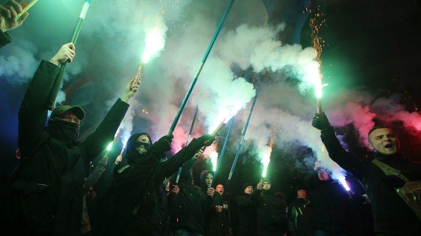 Видео: националисты вступили в столкновения с силовиками у офиса Зеленского