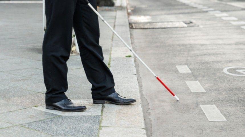 Неадекватный житель Кирова пнул в спину слабовидящего инвалида …