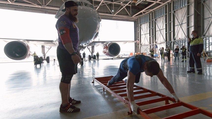 Петербуржец за  секунды протащил на четыре метра  -тонный…
