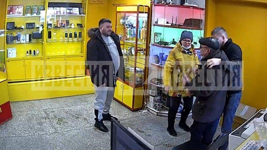 Видео: Получивший удар ногой в спину инвалид из Кирова пытался наказать…