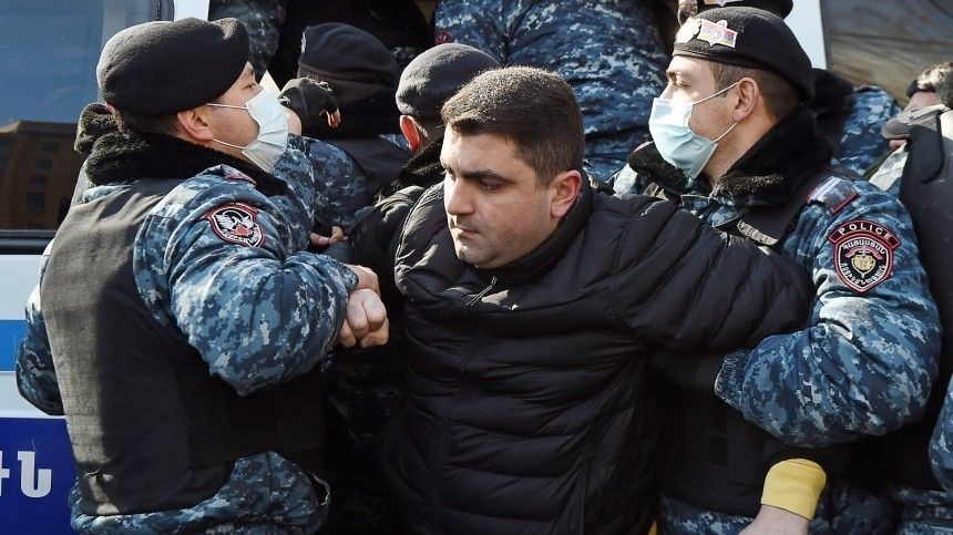 Страсти накаляются: в центре Ереване собираются сторонники и противники…