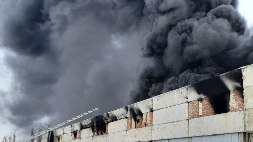 Видео: Пожар произошел на химическом заводе в Ростовской…