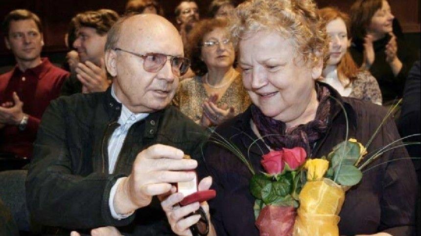 Ей надо помогать : глава  Ленкома  о зарплате вдовы Мягкова в МХТ имени…