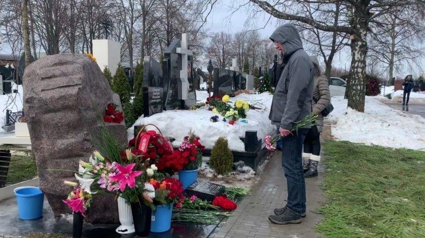 В шестую годовщину убийства Немцова его могилу посетили около ста…