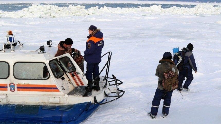 Очередных рыбаков-любителей спасли с отколовшейся льдины на…