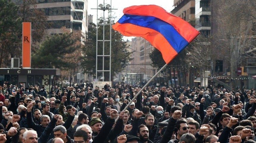 Демонстранты ворвались в здание районной администрации…