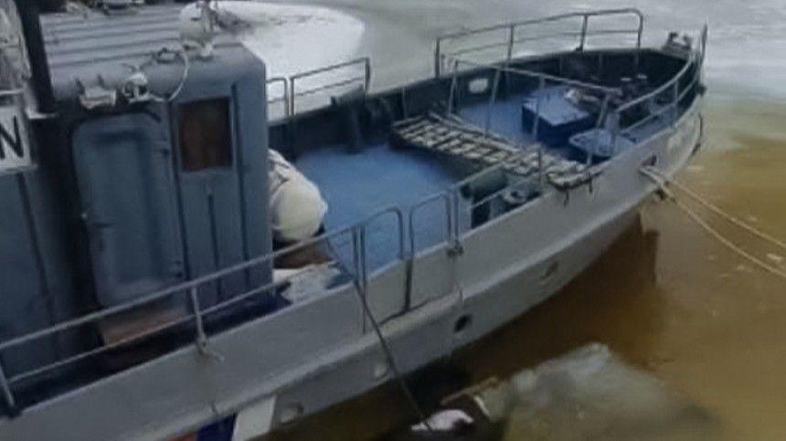 В Петербурге спасают тонущий катер Росприроднадзора …