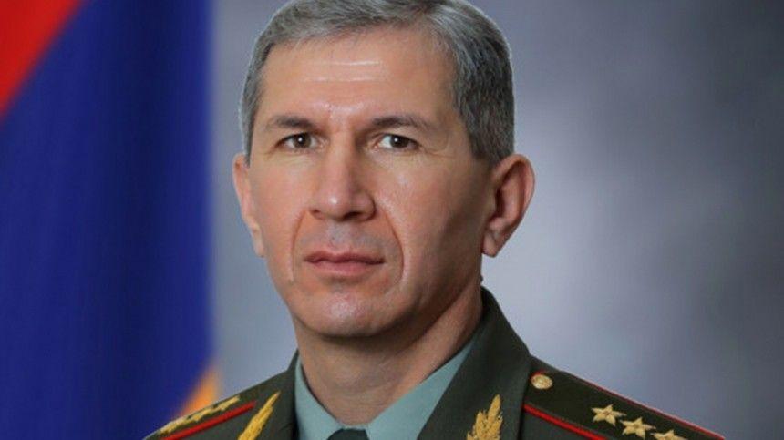 Президент Армении вновь отказался увольнять главу Генштаба…