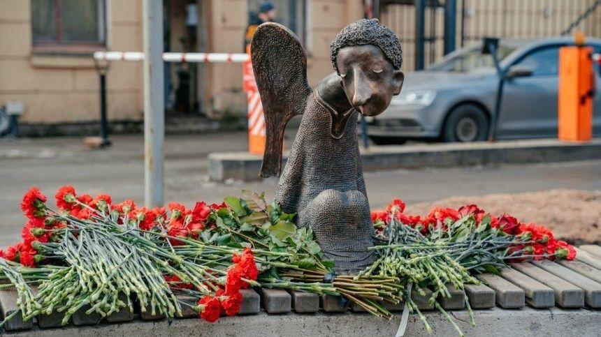 Памятник погибшим в пандемию медикам установили в…