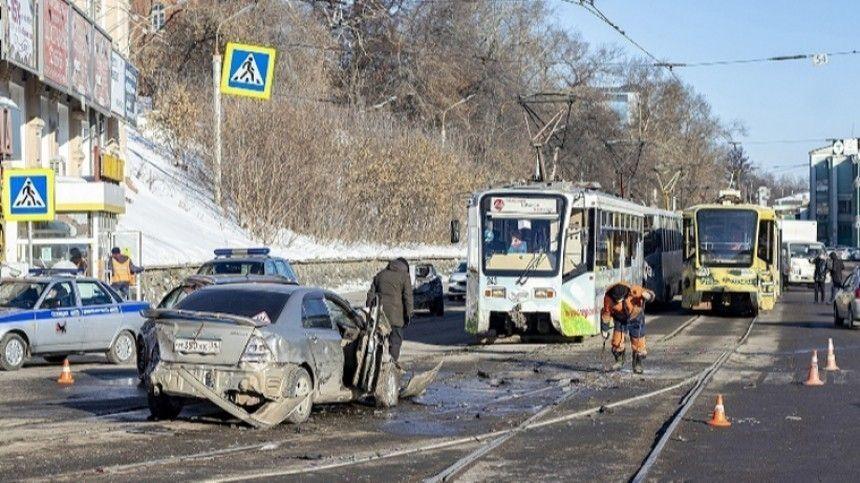 Неуправляемый трамвай в Иркутске снес девять автомобилей …