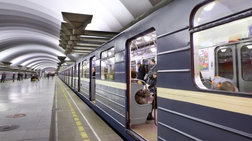 Мужчина погиб под колесами поезда в метро Петербурга …