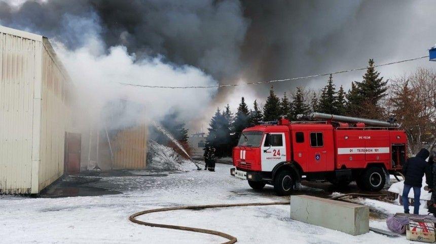 Видео мощного пожара, охватившего склад под Оренбургом на площади   квадратных…