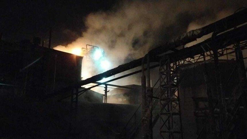 Видео: Емкости с нефтью горят на заводе имени Менделеева в Ярославской…