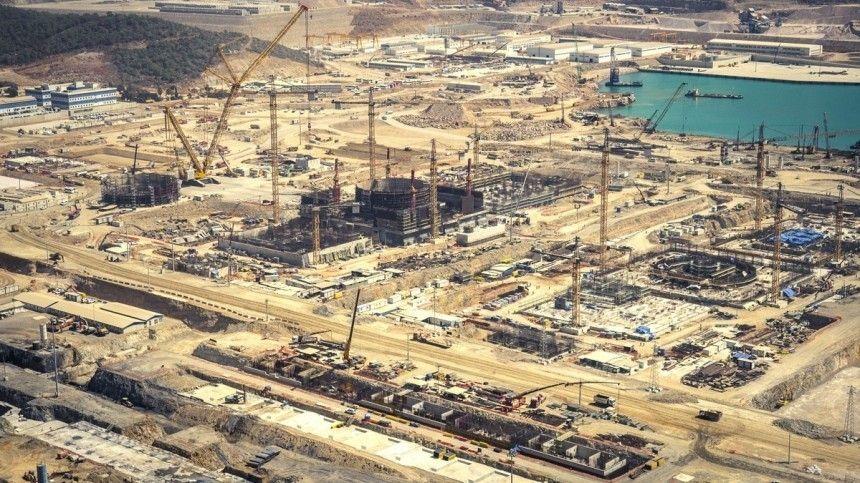 Строительство первого блока началось вапреле 2018 года, второго— виюне 2020-го. Затри года втурецкой провинции, где возводится атомная электростанция, вырос настоящий город.