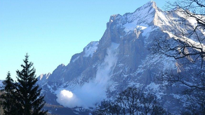 Момент схода лавины на туристов в Бурятии попал на видео