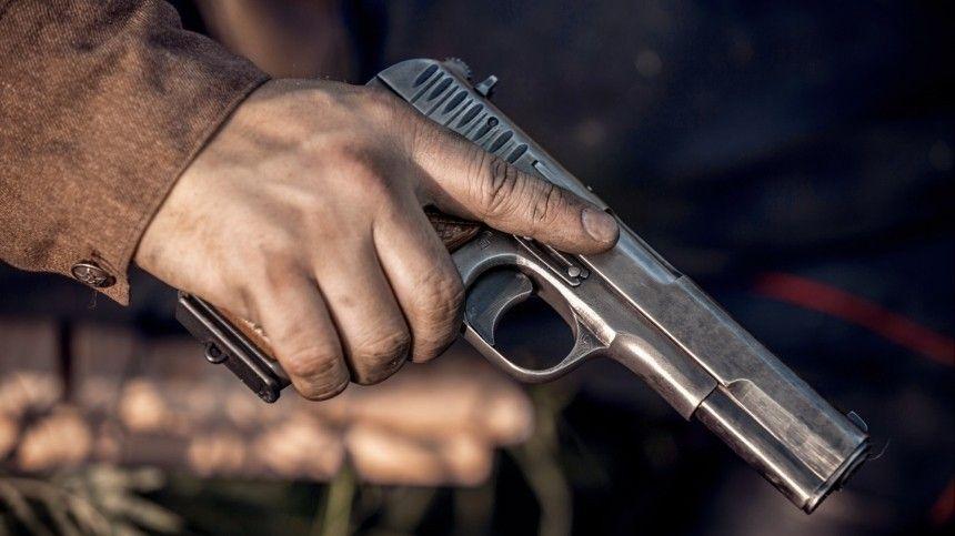 Страж порядка неоднократно предупреждал буйного мужчину перед тем как применить табельное оружие.