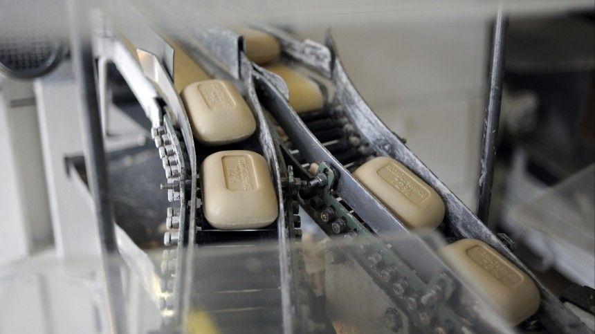 Настоящее хозяйственное мыло делали всего издвух компонентов: обычной соли ижира, как правило, говяжьего или бараньего. Сегодня наполках магазинов полно мыла сароматизаторами икрасителями.