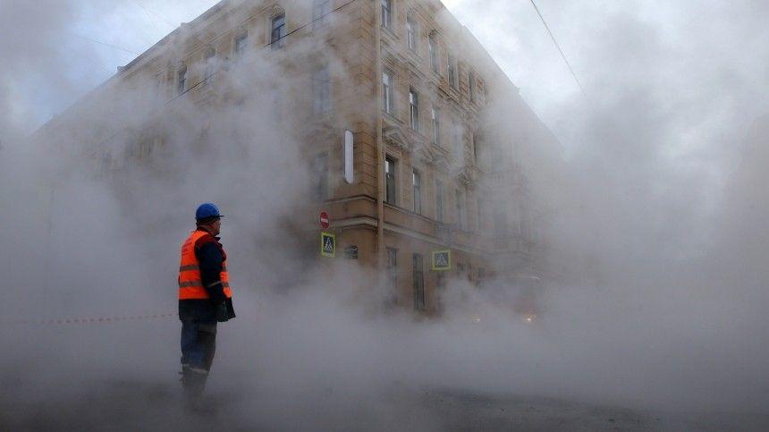 Главное  спокойствие! Начало прорыва трубы с кипятком в Петербурге  видео