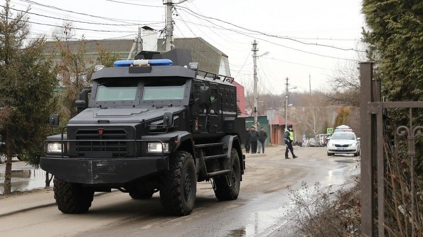 Неоднократно судимый 61-летний предприниматель Владимир Барданов забаррикадировался всвоем доме, когда кнему пришла спроверкой полиция.