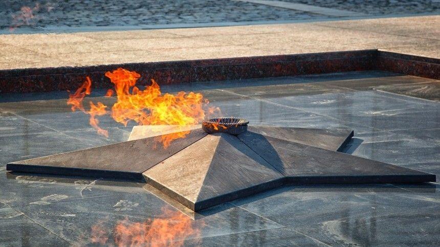 Так приучили: жительница Подмосковья объяснила, зачем готовила на Вечном огне