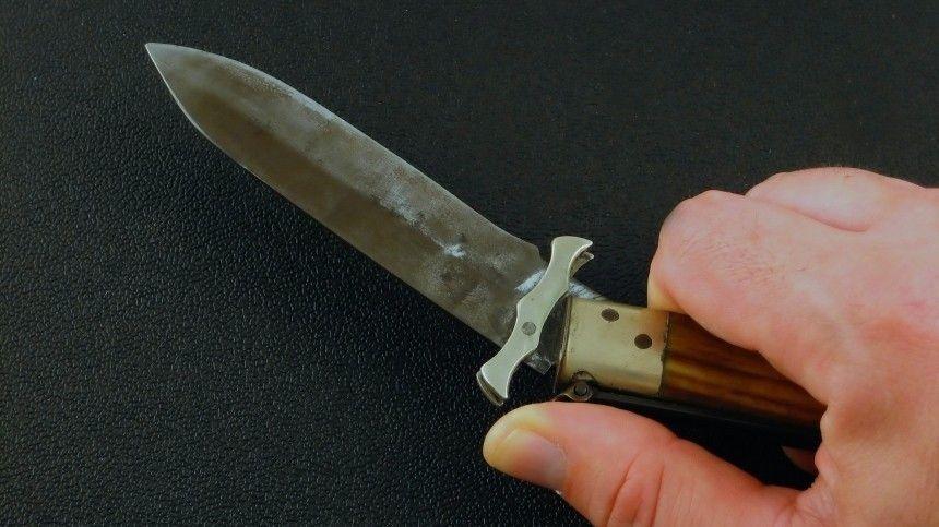 Ранее сообщалось, что неизвестный пырнул ножом спортсмена иего отца наплощади Победы вСеверной столице.