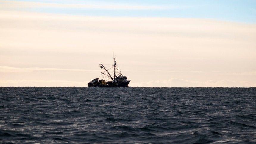 Рыболовецкий траулер горит в Охотском море с 80 моряками на борту