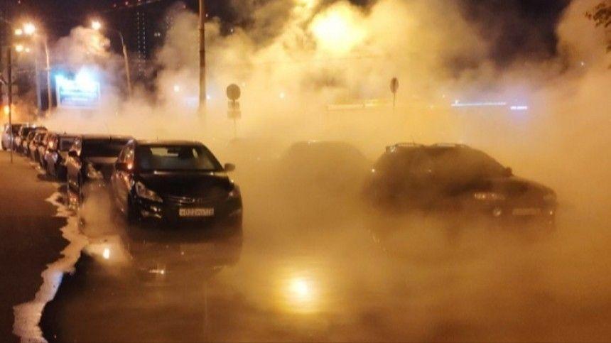 Север Петербурга заволокло паром из-за прорыва трубы с кипятком  видео