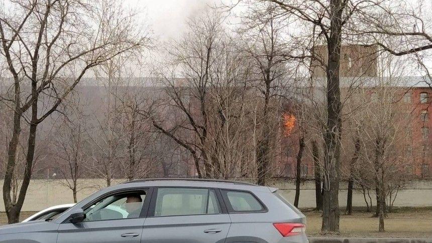 Ранг пожара увеличен дотретьего уровня. Здание обесточено.