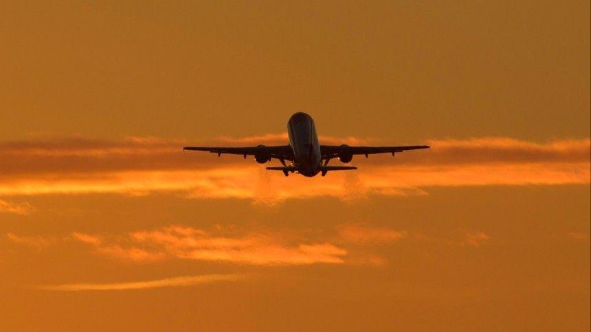 После вылета изкурортного города вСеверную столицу вкабине пилотов сработал сигнал оразгерметизации салона, аупассажиров выпали кислородные маски.