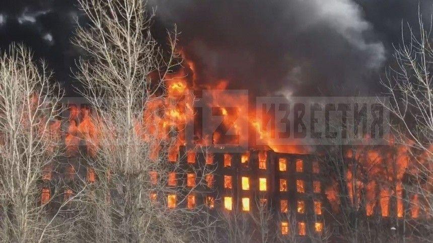 Площадь пожара составляет 1500 квадратных метров. Работы ведутся попятому рангу сложности.