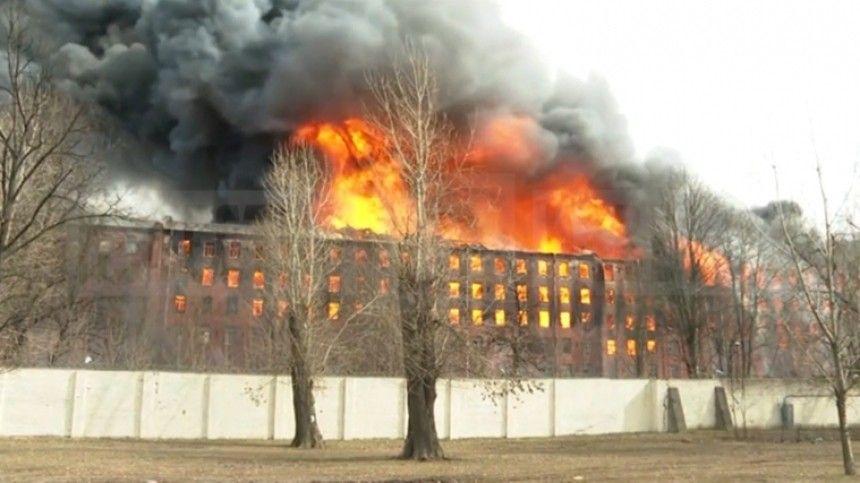 Поданным 5-tv.ru, вогне погиб командир отделения пожарно-спасательной части.