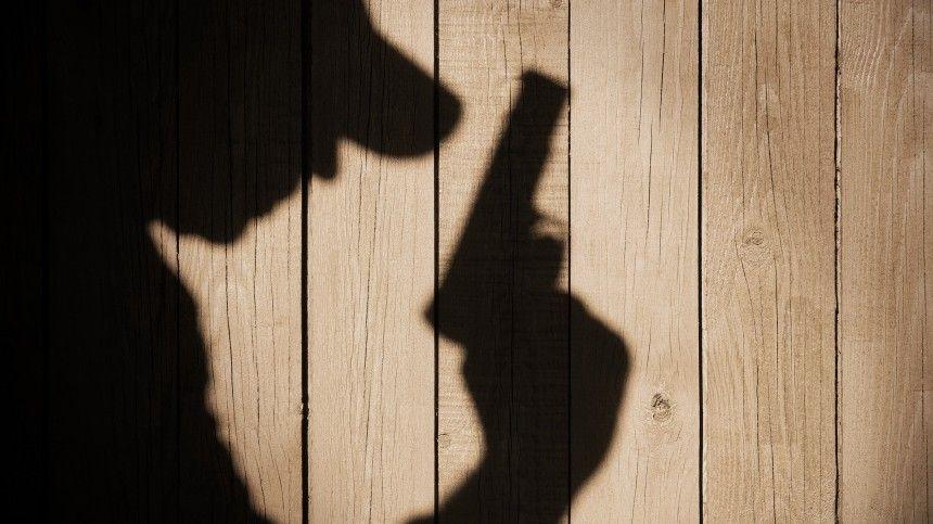 Подозреваемый врасправе над мужчиной бросил рюкзак соружием ипатронами, после чего скрылся сместа преступления.