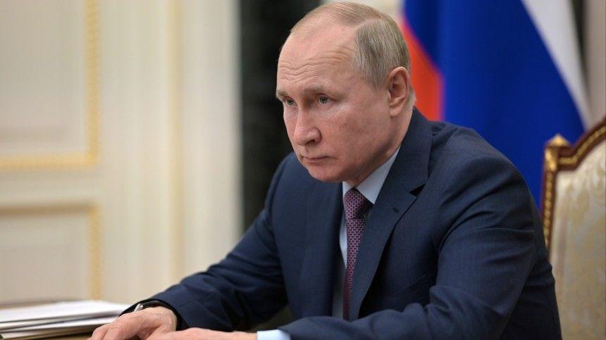 Накануне глава государства побывал вСаратовской области, где возложил цветы кпамятнику первому космонавту Юрию Гагарину.