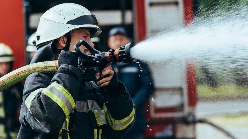 Загорелось 12 домов. Сотрудники МЧС работают наместе.