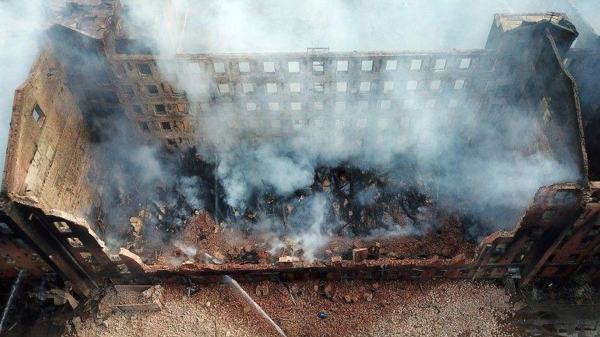 Пожар нафабрике унес жизнь одного пожарного. Еще двое пострадали.
