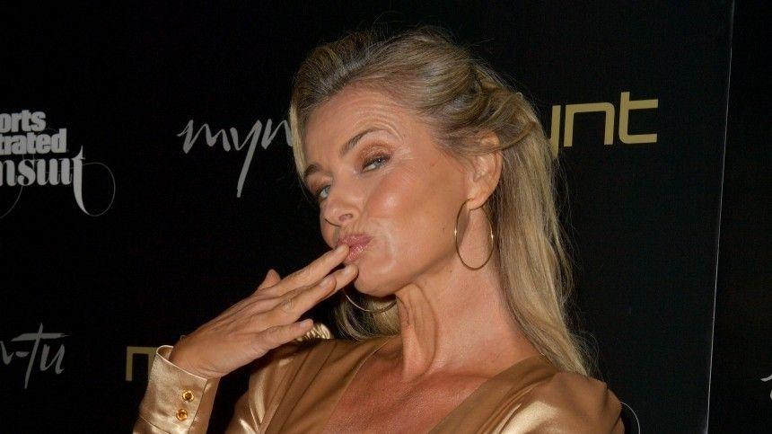 Полностью разделась: 56-летняя модель появилась на обложке Vogue