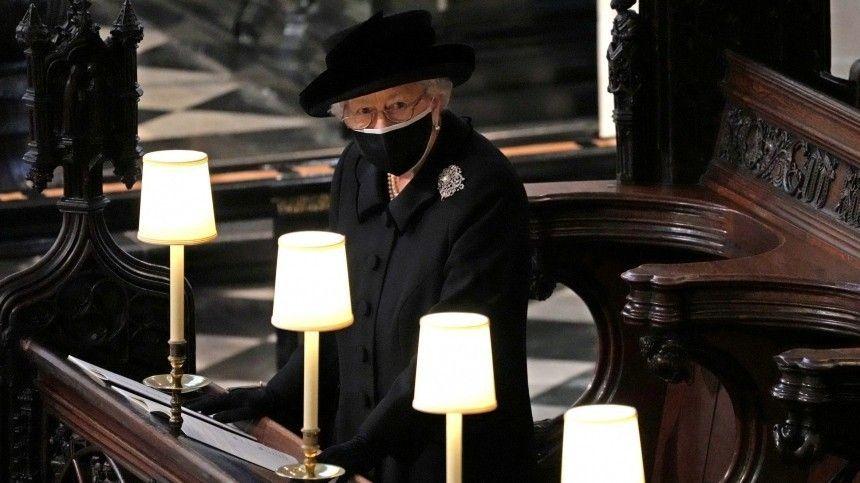 Королева Англии славится своими символическими аксессуарами.
