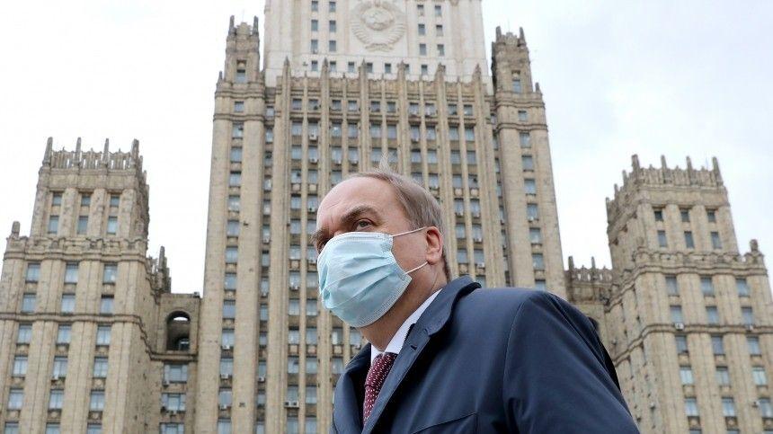 Посол РФ в США традиционно молча проследовал в здание МИД