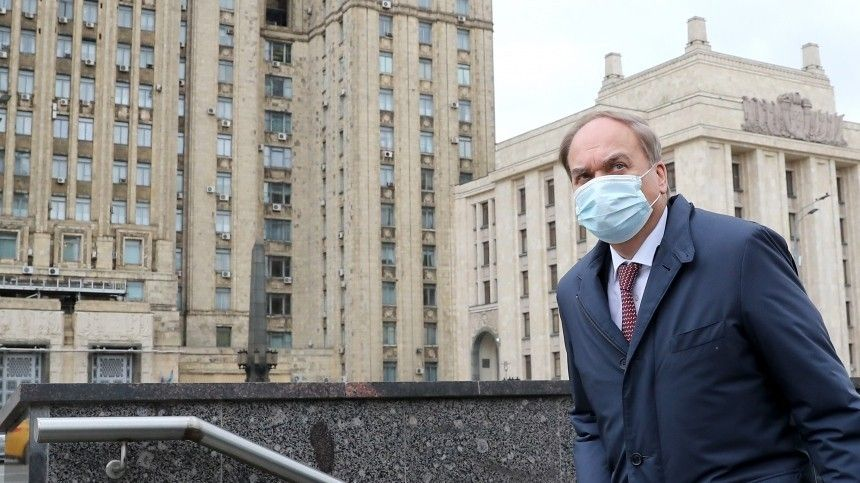 На полчасика: посол Антонов молча покинул здание МИД РФ