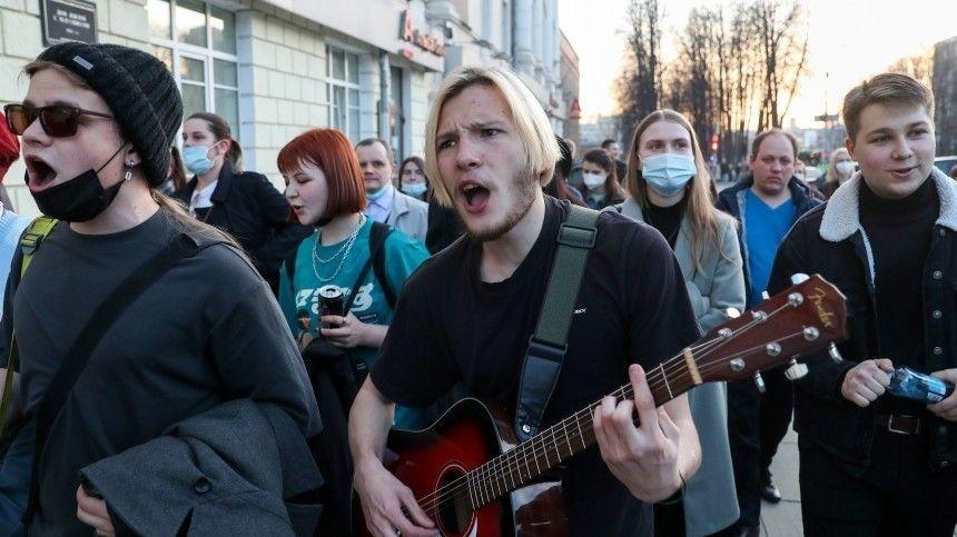 Толпа образовалась из-за перекрытий во время незаконных акций в Екатеринбурге