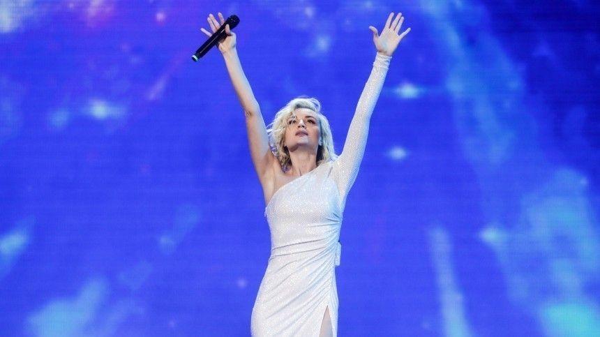 Полина Гагарина вывихнула плечо во время концерта  видео